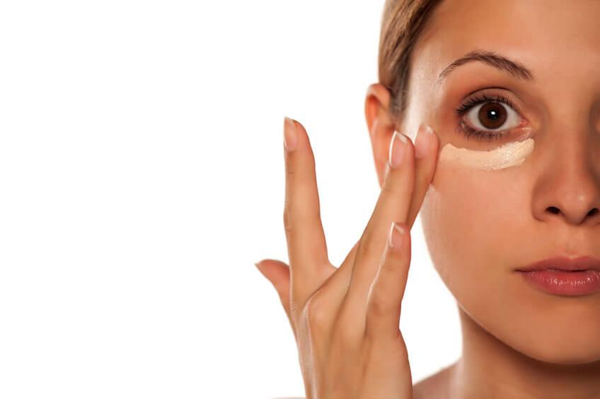 טשטוש שקיות מתחת לעיניים עם קונסילרים
